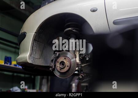 Auto Bremsscheibe und Bremssattel schließen, ohne Rad mit weißen Auto auf Hintergrund - Stockfoto