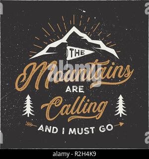 Der Berg ruft und Ich muss T-Shirt Design. Abenteuer Kunst, Poster an der Wand. Camping Emblem in strukturierten Stil. Typografie hipster T-Stück. Stock Illustration auf dunklem Hintergrund isoliert - Stockfoto