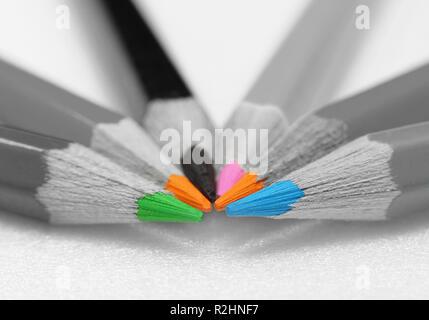 Sieben Stifte mit farbigen Stiften closeup mit blur - Stockfoto
