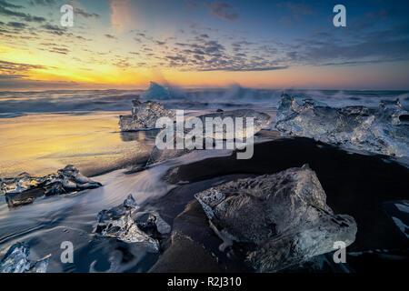 Diamond Beach bei Sonnenaufgang, Jokulsarlon, Vatnajokull Glacier National Park, Island - Stockfoto