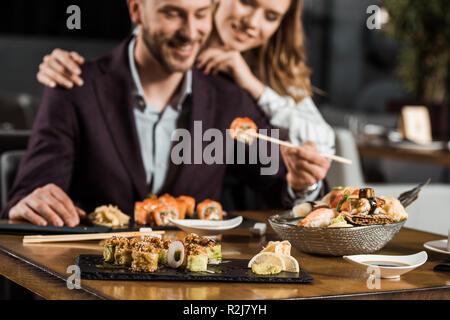Junge Erwachsene paar Sushi essen im Restaurant - Stockfoto