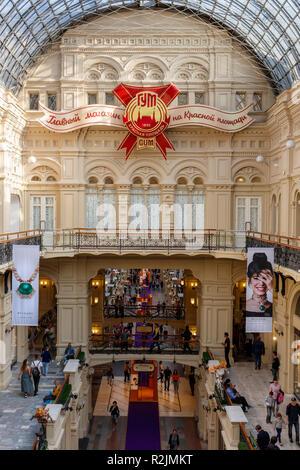 Kaufhaus Gum am Roten Platz, Moskau, Russland. Ende eine der Galerien mit dem Store Insignia. - Stockfoto