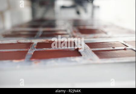 Schokoriegel Kühlung in Kunststoffformen auf einem Regal - Stockfoto