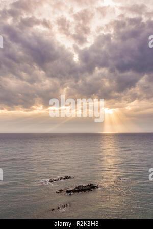 Dramatischen Licht Piercing durch die Wolken und das Meer. - Stockfoto