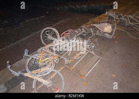 Sammlung von ofo Fahrräder dock weniger/dockless Zyklen/Bike/Boris Fahrräder, die ausgebaggert wurden von der Themse in Twickenham bei Nacht gezeigt. Großbritannien - Stockfoto