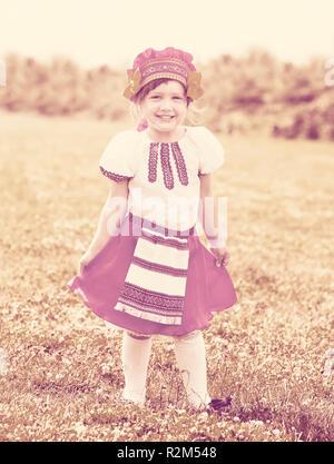 Babymadchen In Russische Folklore Kleidung Auf Sommerwiese Stockfoto