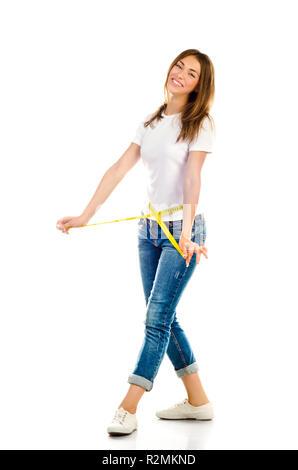 Junge Mädchen messen ihre Taille auf weißem Hintergrund - Stockfoto