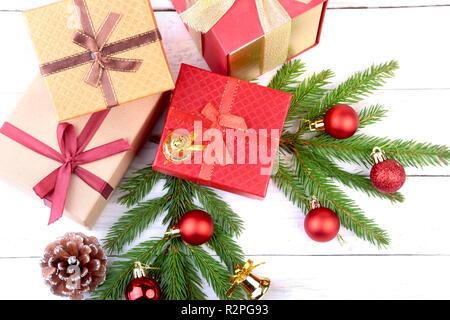 Frohe Feiertage. Silvester oder Weihnachten Dekorationen mit Geschenkboxen, Kerzen und Kugeln. Grußkarte. Ansicht von oben Stockfoto