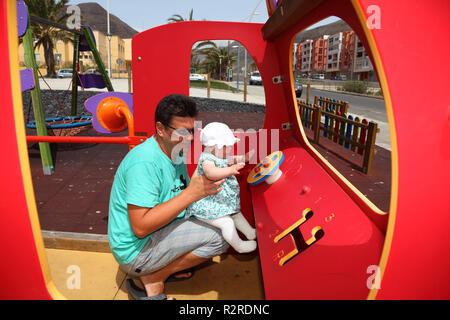 Vater mit Tochter auf dem Spielplatz - Stockfoto