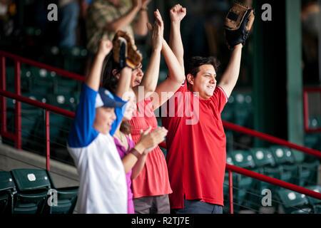 Familie jubelnd auf ein Baseballspiel in einem Sportstadion. - Stockfoto