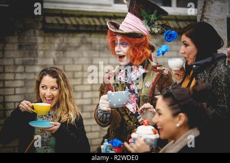 London, UK - Februar, 2019. Ein Künstler, der die Identität der Hutmacher aus Alice im Wunderland in der Portobello Road, Notting Hill. - Stockfoto