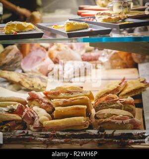 Florenz, Italien - Dezember 2017. Panini mit Schinken und andere italienische Wurstwaren Spezialitäten zum Verkauf in einem Shop. - Stockfoto