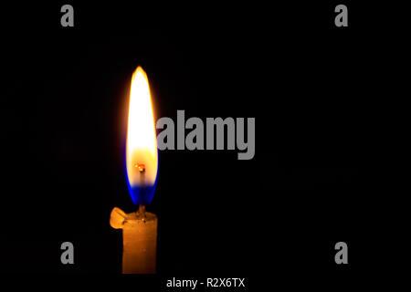 Eine brennende Kerze brennen oder auf schwarzem Hintergrund, aus der Nähe. Bild in Diwali, eine traditionelle Feier der indischen Festivals. - Stockfoto