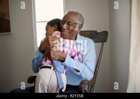 Großvater umarmt Enkel - Stockfoto