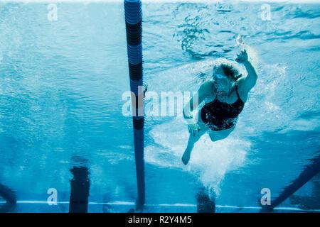Mitte der erwachsenen Frau Schwimmrunden in Ihrer lokalen Pool. - Stockfoto