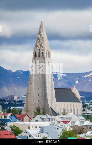 Antenne - Kirche Hallgrimskirkja und Reykjavik, Island. Dieses Bild ist mit einer Drohne erschossen. - Stockfoto