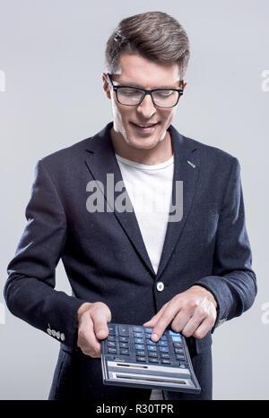 Studio shot reifer Geschäftsmann mit Rechner gegen Grau - Stockfoto