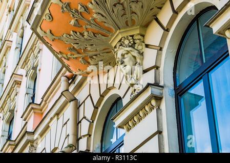 Architektur im Jugendstil in Riga - Caryatid sculpted weiblichen Gesichts auf der Fassade eines Gebäudes. Riga, Lettland, Baltikum, Europa. - Stockfoto