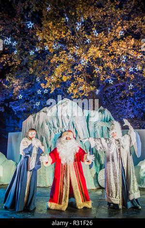 Kew Gardens, London, UK. Nov 2018 21. Santas Grotte - Kew an Weihnachten, Kew Gardens-Anl beleuchteten Weg durch Kew nach dunklen Landschaft, um über eine Million Lichter leuchten. Credit: Guy Bell/Alamy leben Nachrichten - Stockfoto