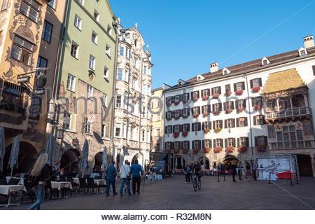 INNSBRUCK, ÖSTERREICH, 16. Oktober, 2018: Die Menschen sind bewundernde berühmten Goldenen Dachl in Innsbruck, Österreich. - Stockfoto