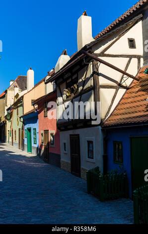 """""""Zlata Ulicka"""", die """"Goldene Gasse, unten von 'Hradschin' führt. Die Straße voll von kleinen Häusern wurde in Manierismus Stil am Ende des 16. Cen gebaut - Stockfoto"""