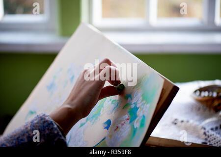 Der Künstler malt mit trockener pastell. den kreativen Prozess des Malens. - Stockfoto