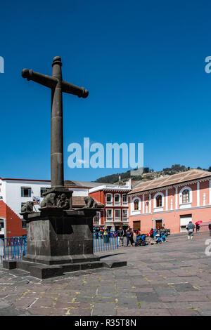 In allen Plätzen von Quito gibt es ein großes Kruzifix, der Kolonialzeit, Ecuador erinnert - Stockfoto
