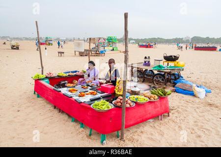 Chennai, Indien - September 6, 2007: Ein junger Mann und eine Frau Kochen und den Verkauf von Speisen auf Marina Beach in Chennai. - Stockfoto