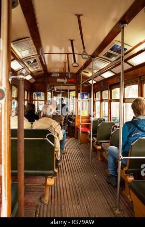 Lissabon Portugal. 19. November 2018. Lissabon classic Gelb mit der Straßenbahn in die Innenstadt von Lissabon - Stockfoto