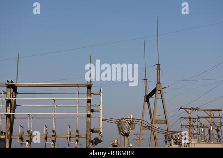 Der elektrischen Unterstation und Hochspannungsnetzteil Linien in Wyoming, USA. - Stockfoto