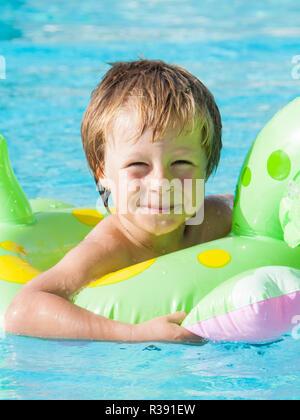 Blonde Junge im Pool - Stockfoto