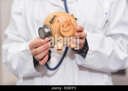 Arzt Holding piggy Bank schließen. Krankenversicherung und Gesundheitsversorgung geld Konzept. - Stockfoto