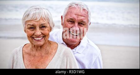 Portrait von Senior Paar stehend auf den Strand - Stockfoto