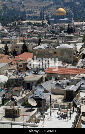 Blick über die Dächer von Jerusalem mit der berühmten goldenen Kuppel im Hintergrund - Stockfoto