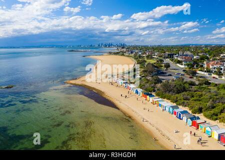 Luftaufnahme von Brighton Baden Boxen und Melbourne CBD - Stockfoto