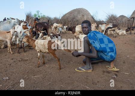 Afrika, Äthiopien, südlichen Omo Valley, Nyangatom Stamm. Ein junger Mann mit seinem nyangatom gehört der Ziegen. - Stockfoto