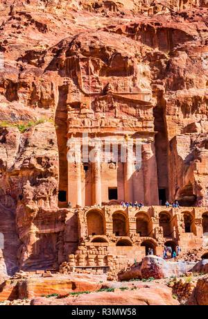 Rock Grab Arch Touristen Petra Jordan. Durch die Nabataens 200 v. Chr. bis 400 n. Gelb Canyon Wände werden zu Rose rot am Nachmittag. - Stockfoto