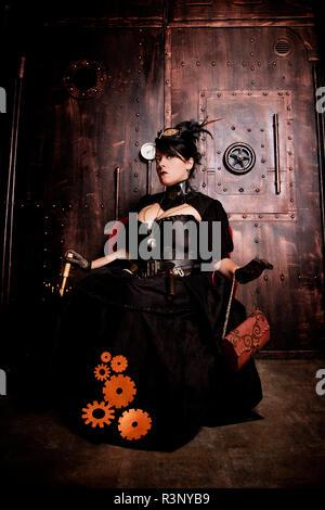 Junge Frau im Steampunk schwarzes Kleid - Stockfoto
