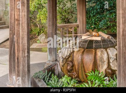 Chozuya oder temizuya Shinto wasser Waschung Pavillon auf Hanzono Inari Schrein von Ueno Park, Tokyo, Japan | Chozuya oder temizuya Shinto Wasser Wasch-Pav - Stockfoto