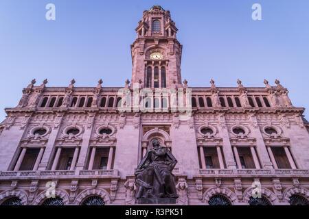 Rathaus in Porto, Portugal. Während des Sonnenuntergangs. - Stockfoto