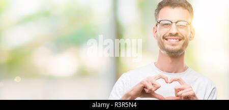 Junge tätowiert erwachsenen Mann in Liebe mit Herz und mit Hand lächelnd. Romantische Konzept. - Stockfoto
