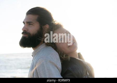 Junges Paar zurück am Meer zurück
