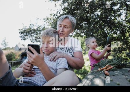 Großmutter poppt mit drei jungen Hengsten