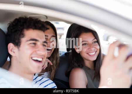 Freunde Spaß auf einem Road Trip, Smartphone selfies - Stockfoto