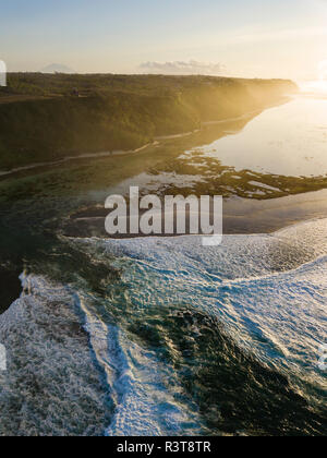Indonesien, Bali, Luftaufnahme der grünen Schale Strand Stockfoto
