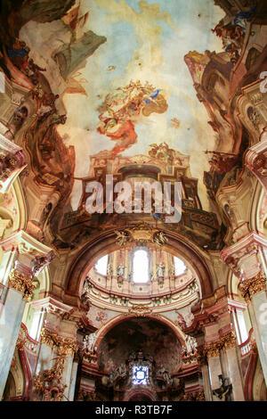 Innenraum der barocken Kirche von Saint Nicholas und Deckenfresko mit der Darstellung der Apotheose des Hl. Nikolaus in Prag, Tschechische Republik, - Stockfoto
