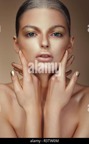 Mode-Stil. Junge Frau mit gebräunten Haut - Stockfoto