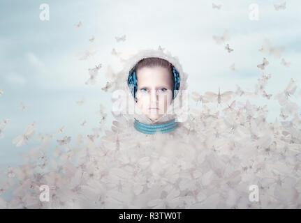 Fantasie. Futuristische Frau mit fliegenden Schmetterlinge - Stockfoto