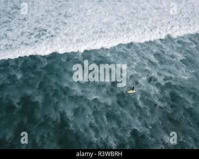 Indonesien, Bali, Luftaufnahme von Balngan Strand, Surfer