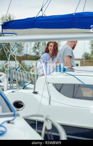 Glückliches Paar auf einem Segelboot - Stockfoto